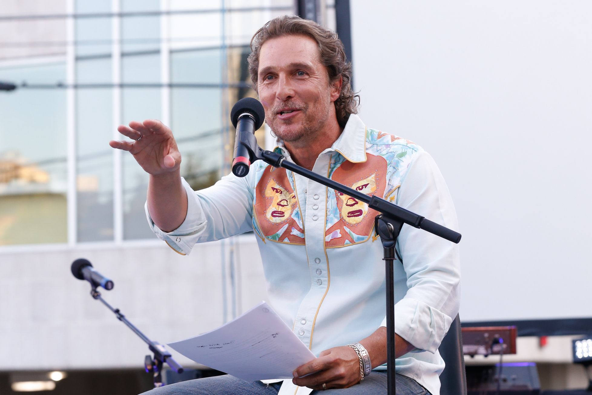 matthew mcconaughey to receive 2018 inspiration honoree award. Black Bedroom Furniture Sets. Home Design Ideas